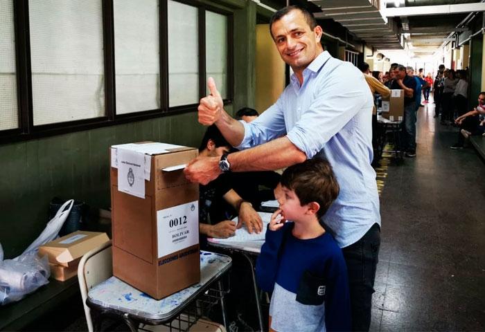 Bali Bucca votó en el ex Colegio Nacional