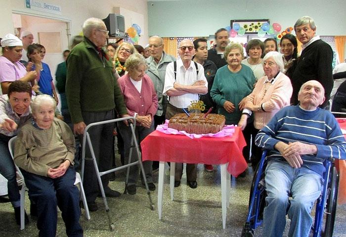 Cortés acompañó a los abuelos en el Hogar San José