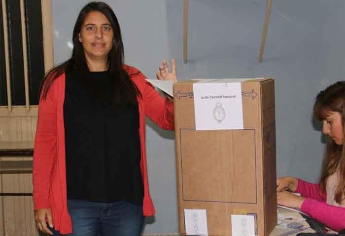 Fernanda Colombo votó en Villa Diamante