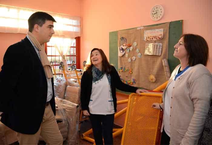 Galli entregó mobiliario en la Escuela N° 503