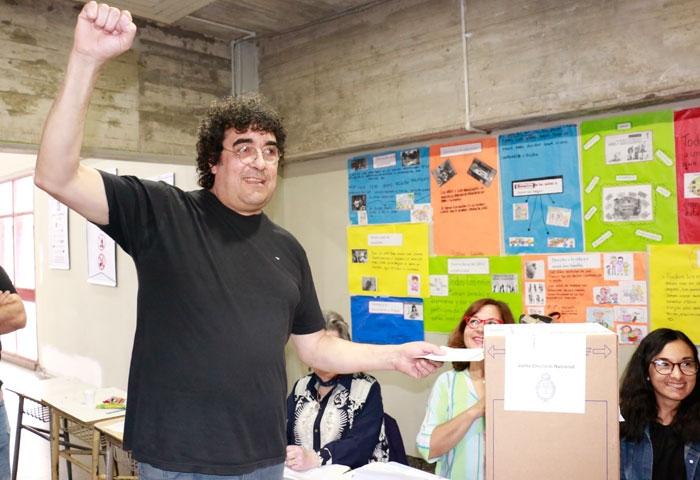 Miki votó en la ENET