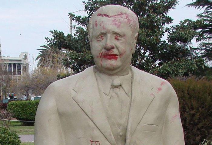 Otro atentado al monumento a Alfonsín
